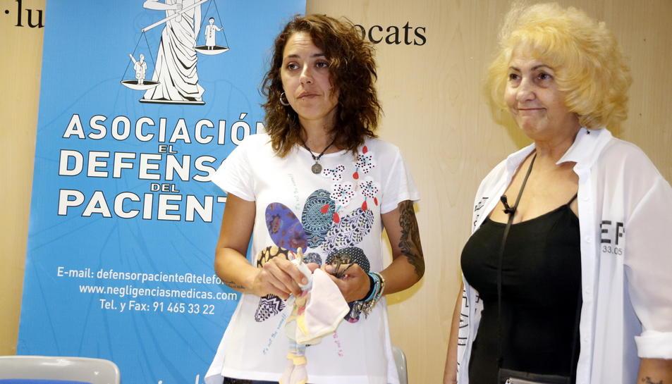 Pla mig de la mare del fetus mort a l'Hospital Joan XXIII, Mònica Ramos, amb la presidenta del 'Defensor del Pacient', Carmen Flores, el 22 de juny del 2017 en roda de premsa a Tarragona