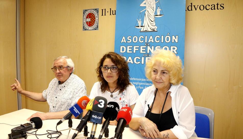 Pla general de l'advocat José Aznar; de Mònica Ramos, mare del fetus mort a l'Hospital Joan XXIII, i de Carmen Flores, presidenta del 'Defensor del Pacient', el 22 de juny del 2017 en roda de premsa a Tarragona