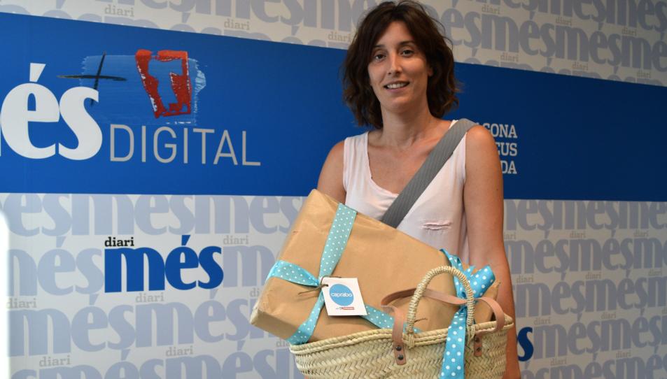 Barbara Rodriguez amb la cistella de productes Caprabo.