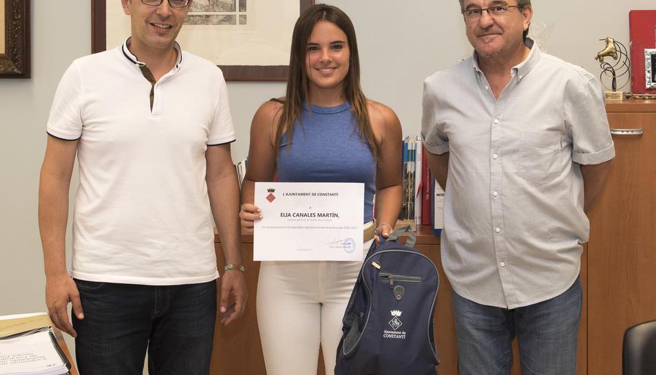 Èlia Canales va rebre un diploma en la seva recepció a l'Ajuntament.