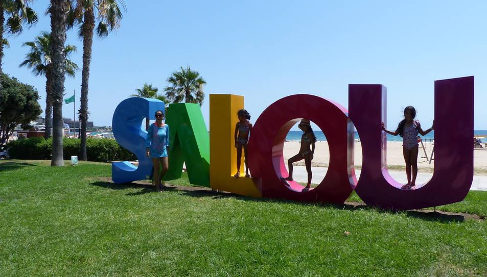 Alguns turistes ja han aprofitat per fotografiar-se amb les lletres.
