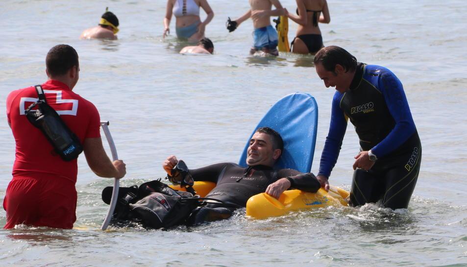 Pla obert d'un pacient amb discapacitat física participant al bateig de submarinisme. Imatge del 23 de juny de 2017
