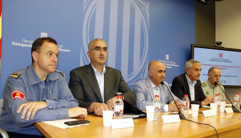Pla general d'Albert Ventosa, Juli Gendrau, Òscar Peris, Àngel Xifré i Cándido Rincón, asseguts durant la roda de premsa de presentació de la campanya forestal al Camp de Tarragona. Imatge del 23 de juny del 2017