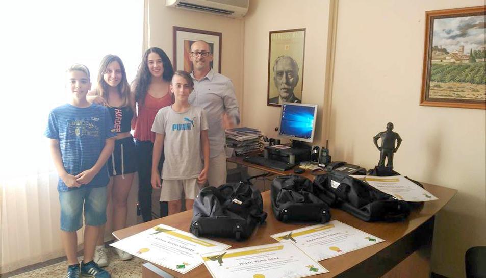 D'esquerra a dreta: Isaac Vives, Ainhoa Rivero, Nadia Garrido, Kevin Rivero i l'alcalde de Banyeres, Amadeu Benach