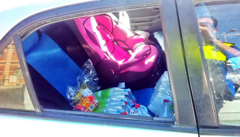 Els agents van trobar a una menor de 2 anys que es trobava «plorant, suant i amb dificultat respiratòria, subjecta a una cadireta».