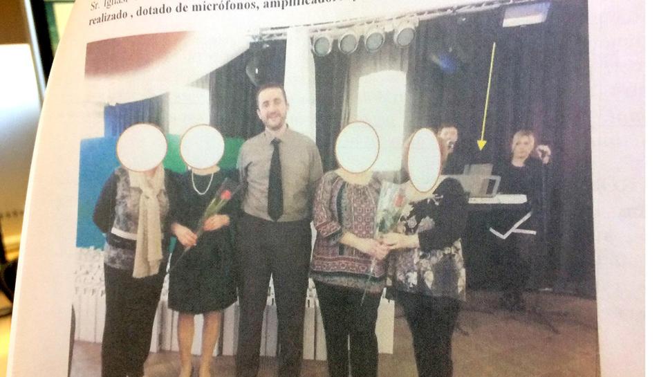 La denúncia dels veïns incorpora una imatge de l'alcalde en un acte municipal a la sala 'il·legal'.