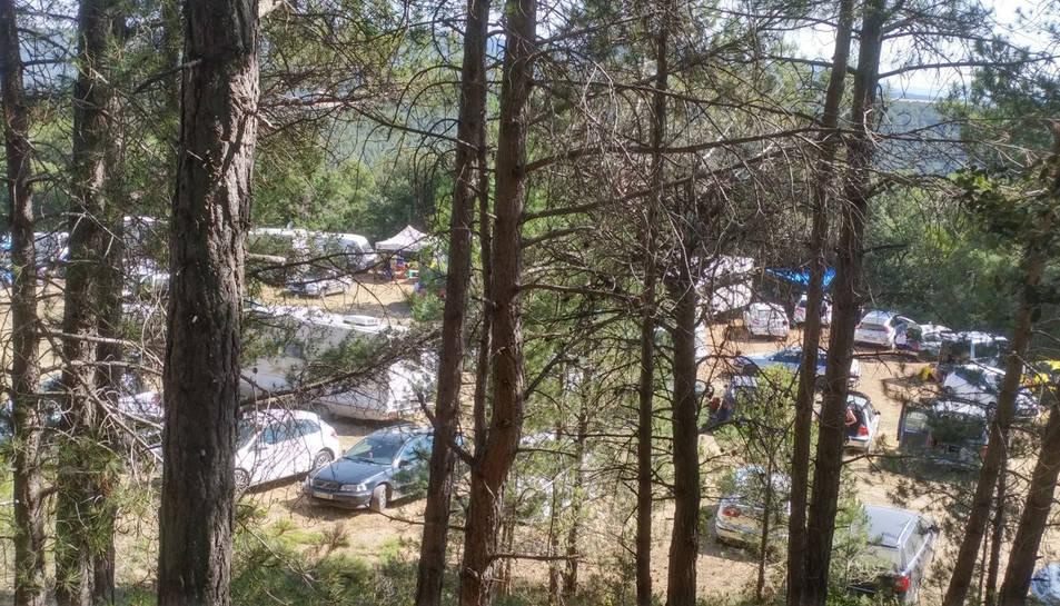 Centenars de cotxes en un camp de Querol, a l'Alt Camp, en una festa 'rave' il·legal.