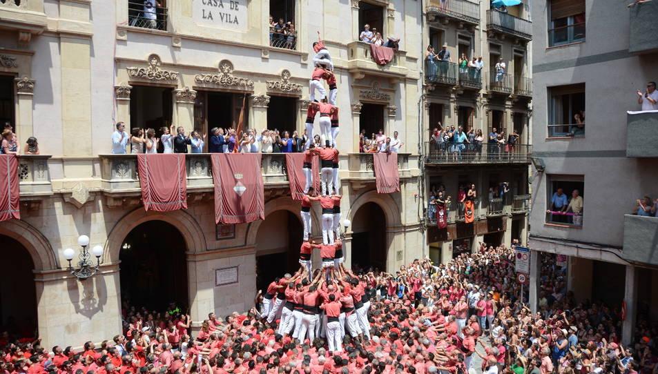 3de9f de la Colla Vella Xiquets de Valls a la primera ronda de la diada de Sant Joan.