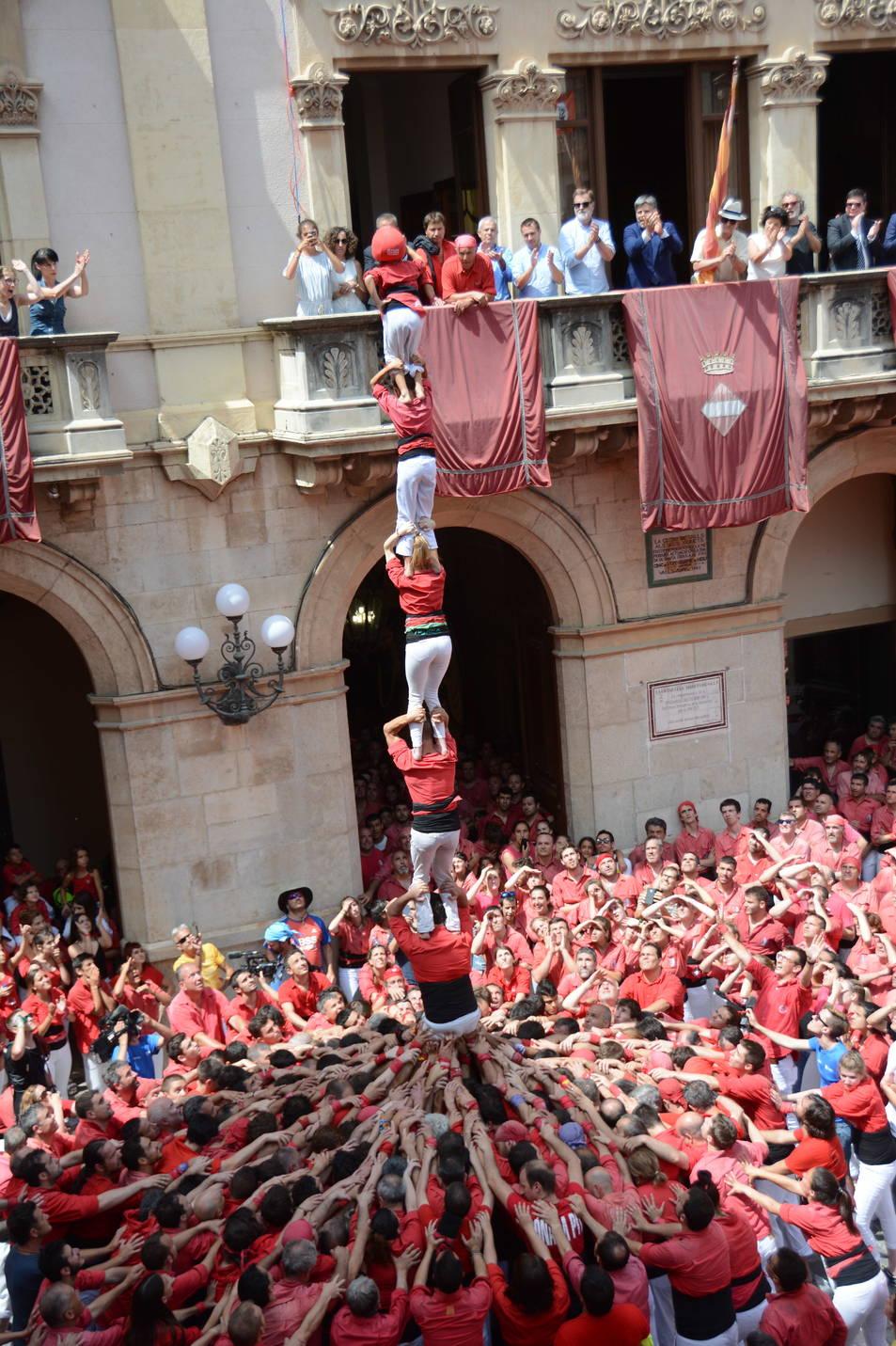 Pilar de 6 de la Colla Joves Xiquets de Valls a la diada de Sant Joan.