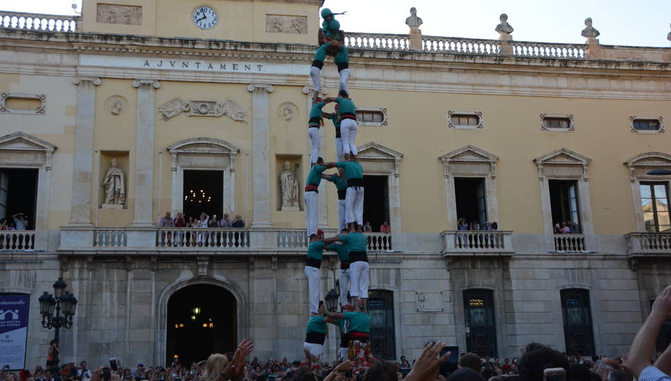 3de8 dels Castellers de Sant Pere i Sant Pau descarregat a la segona ronda durant la diada de Sant Joan.