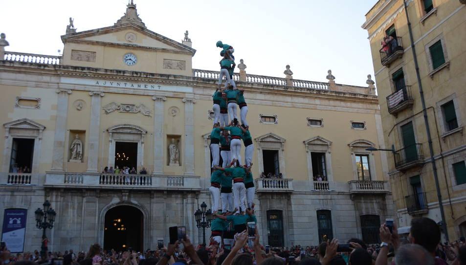 4de8 dels Castellers de Sant Pere i Sant Pau descarregat a la tercera ronda durant la diada de Sant Joan.