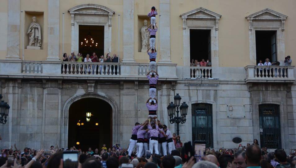 Pilar de 7 de la Colla Jove Xiquets de Tarragona durant la diada de Sant Joan.