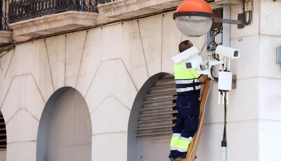 Un operari treballava, fa una setmana, en les càmeres de la cruïlla de plaça dels Carros i Apodaca.