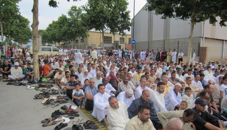 Un instant de l'oració de l''Eid' a l'exterior del recinte, ahir al matí.