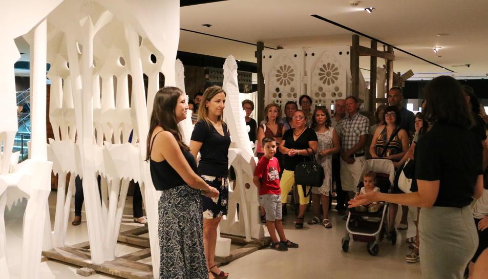 Pla obert de la maqueta a guix de la Sagrada Família amb diversos visitants davant. Imatge del 25 de juny de 2017