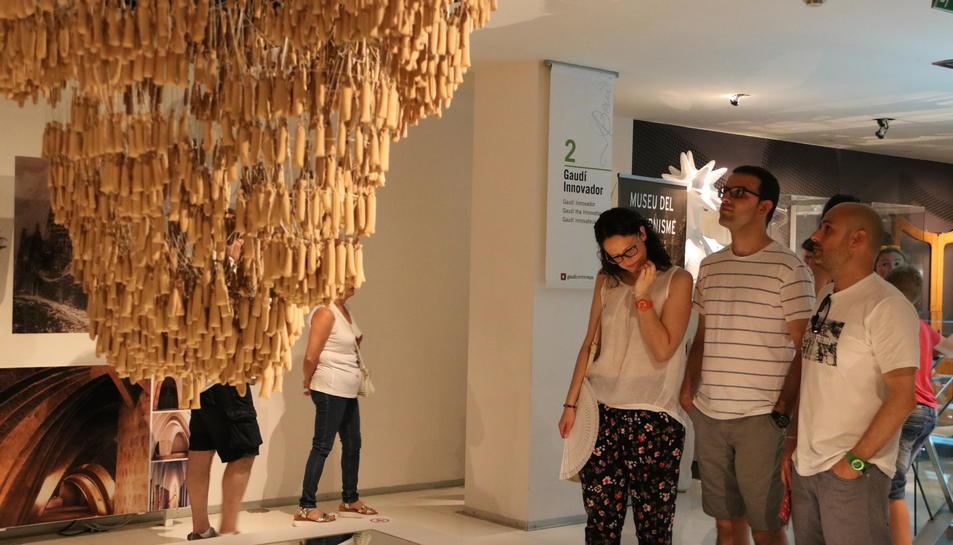 Uns visitants observen la maqueta funicular al Gaudí Centre. Imatge del 25 de juny de 2017