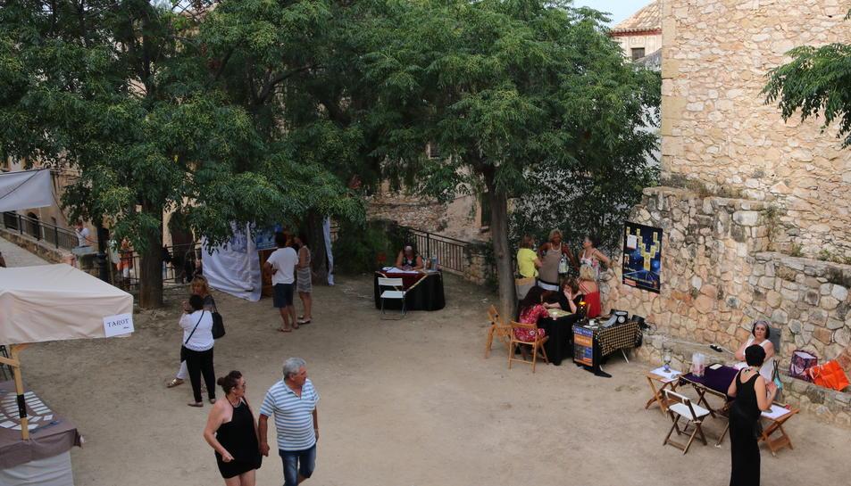 Pla obert de la plaça del Tarot reservada a la Nit de Bruixes d'Altafulla. Imatge del 25 de juny de 2017. Pla picat