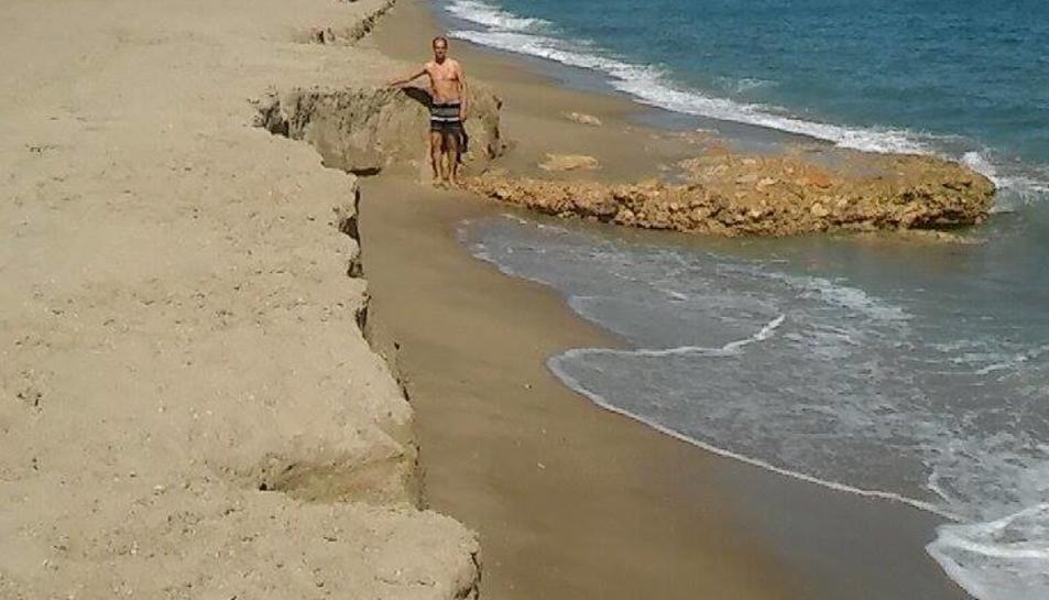La platja del Francàs perd la meitat de sorra reposada en només dos dies