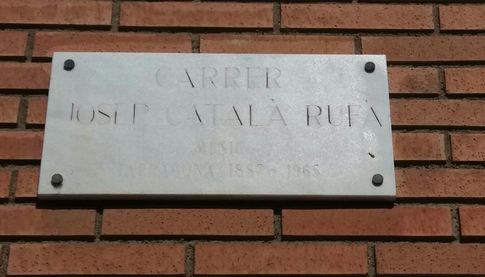 El nom del carrer Josep Català Rufà costa de veure. La informació addicional de la part inferior és il·legible.
