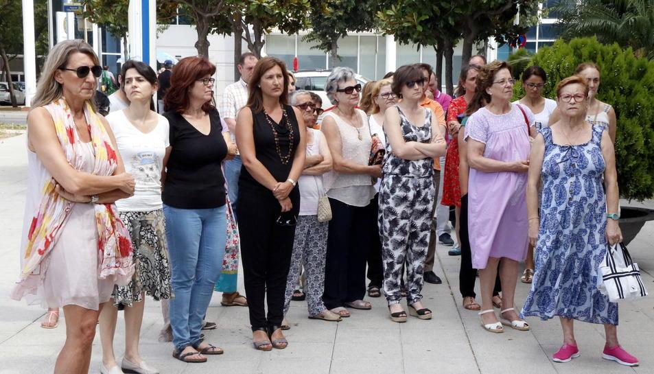 Pla general de diverses dones concentrades davant l'Ajuntament de Cambrils per condemnar la mort d'una dona a mans de la seva exparella. Imatge del 26 de juny del 2017