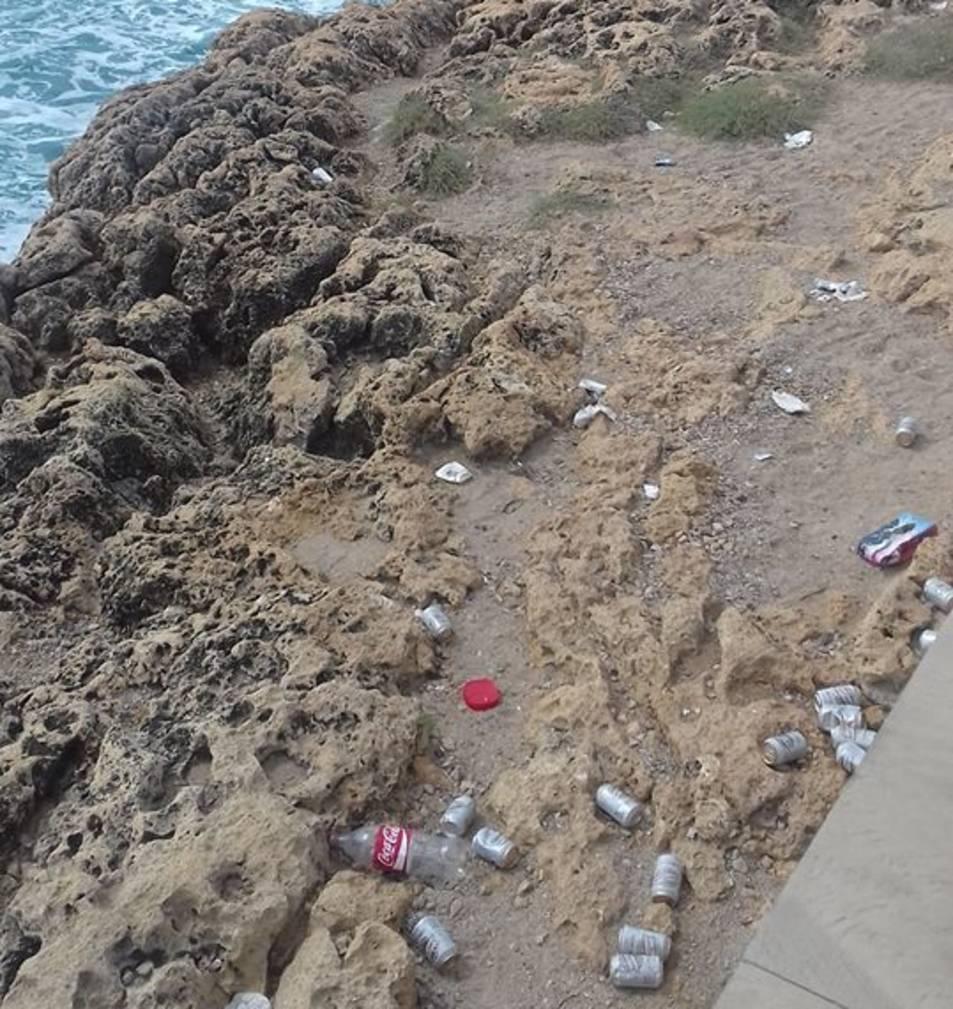 Imatge detall de les llaunes de cervesa que s'acumulen al camí de Ronda.