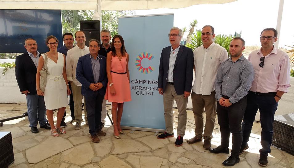 Imatge dels representants dels càmpings amb la regidora de turisme i l'alcalde de Tarragona.