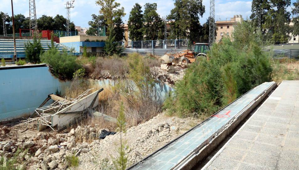 Les antigues piscines de Tortosa, on la primera excavadora ha començat a treballar per construir-hi el nou complex d'aigües.