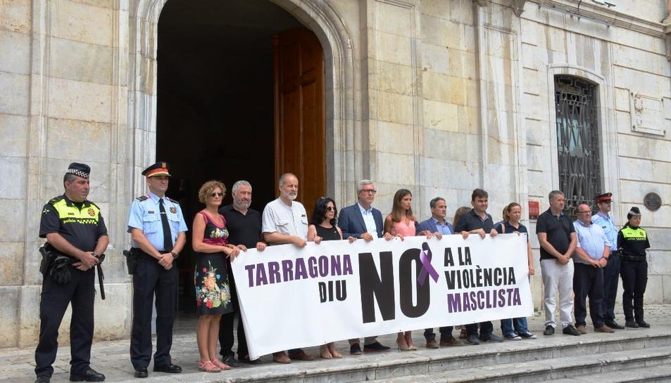 Imatge del minut de silenci que s'ha realitzat davant de l'Ajuntament de Tarragona.