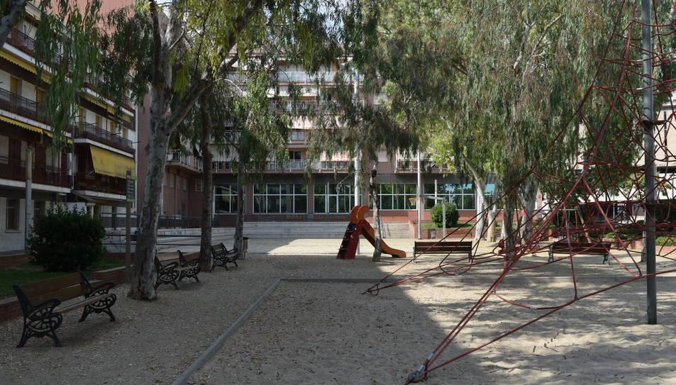 Els joves acostumen a concentrar-se a la zona de la plaça on s'hi troben la cistella i les grades.