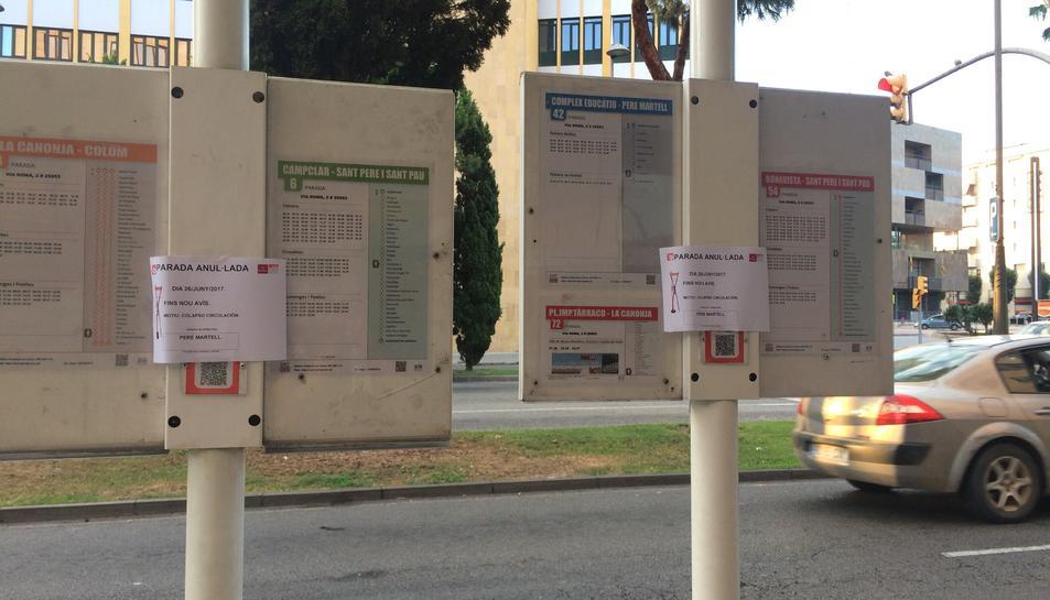 Imatge dels cartells que es van penjar a la parada de la Via Roma número 2.