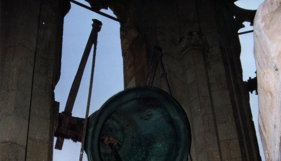 Imatge retrospectiva de dos campaners en plena acció.