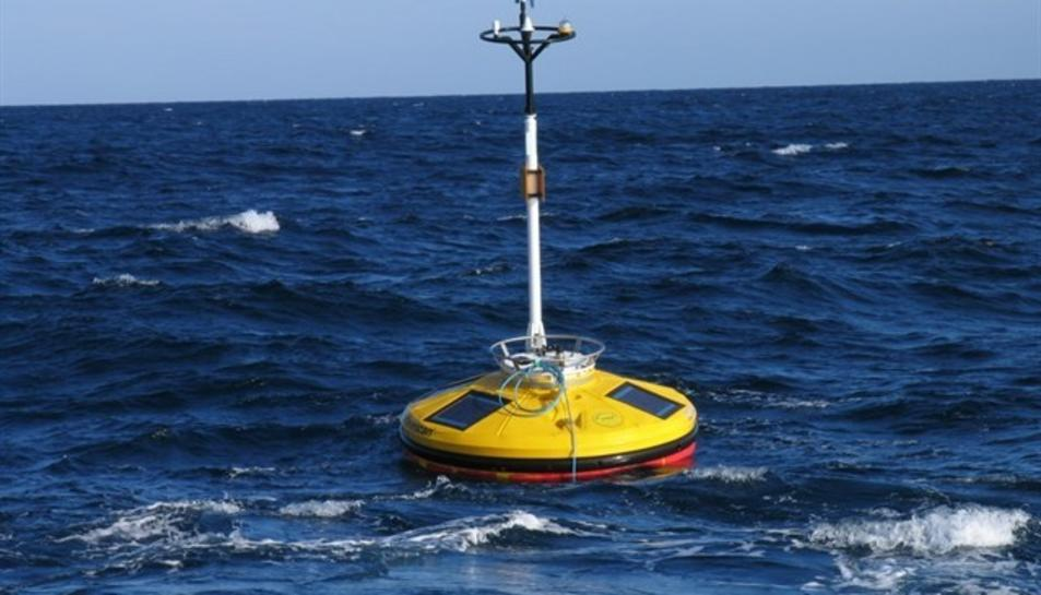 Imatge d'una boia marina instal·lada a la costa espanyola.