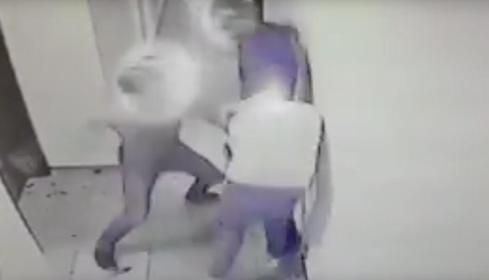 Els agressors van clavara les costelles, els vidres de la botella de cervesa que duia la víctima a la mà.
