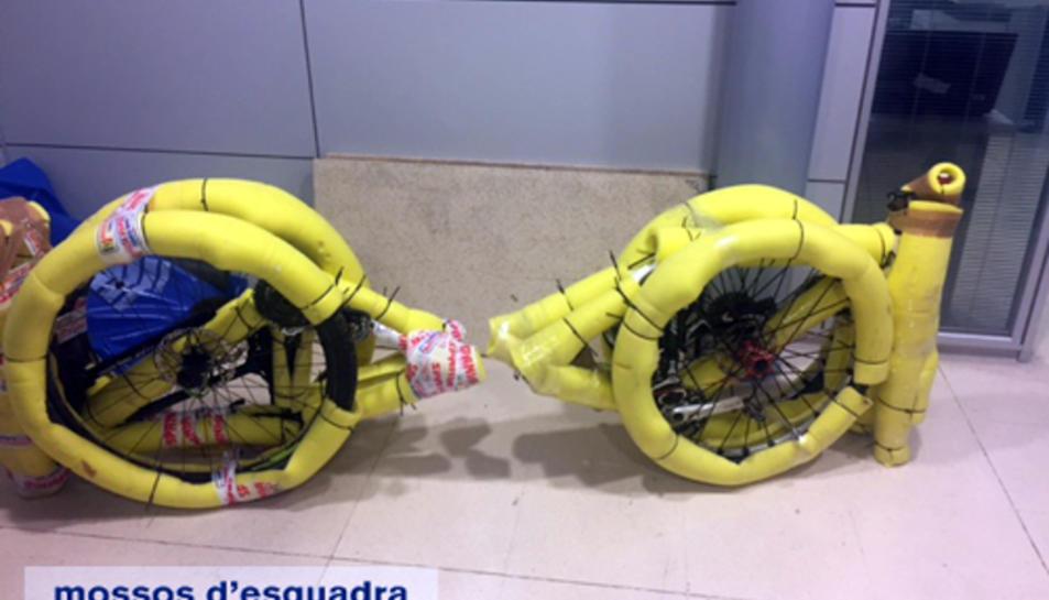 Imatge d'arxiu d'una bicicleta desmuntada i empaquetada per ser enviada a Romania després de ser sostreta.