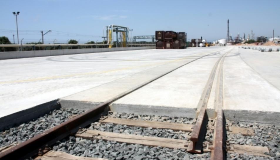 La terminal ferroviària ubicada a les instal·lacions de Bayer a La Canonja espera la connexió amb el 'tercer fil' per tal d'exportar en vies d'ample europeu.