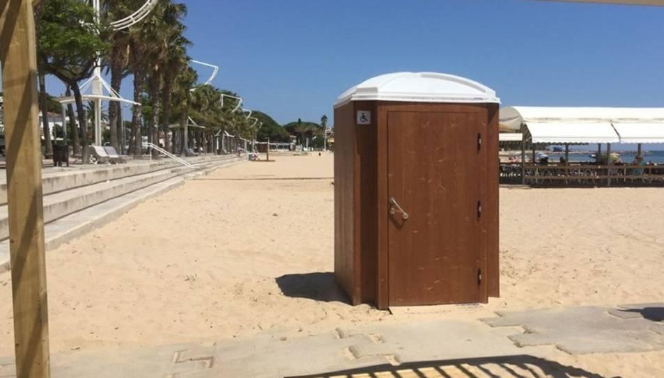 També s'han instal·lat disset cabines sanitàries de fusta, sis d'elles adaptades a les persones amb mobilitat reduïda.
