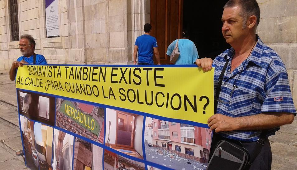 L'afectat s'ha manifestat amb una gran pancarta reclamant solucions a l'Ajuntament.