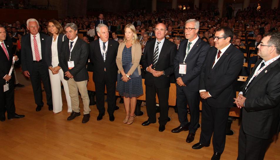Representants de les administracions polítiques i de l'empresa Dow, durant l'acte de celebració del cinquantè aniversari.