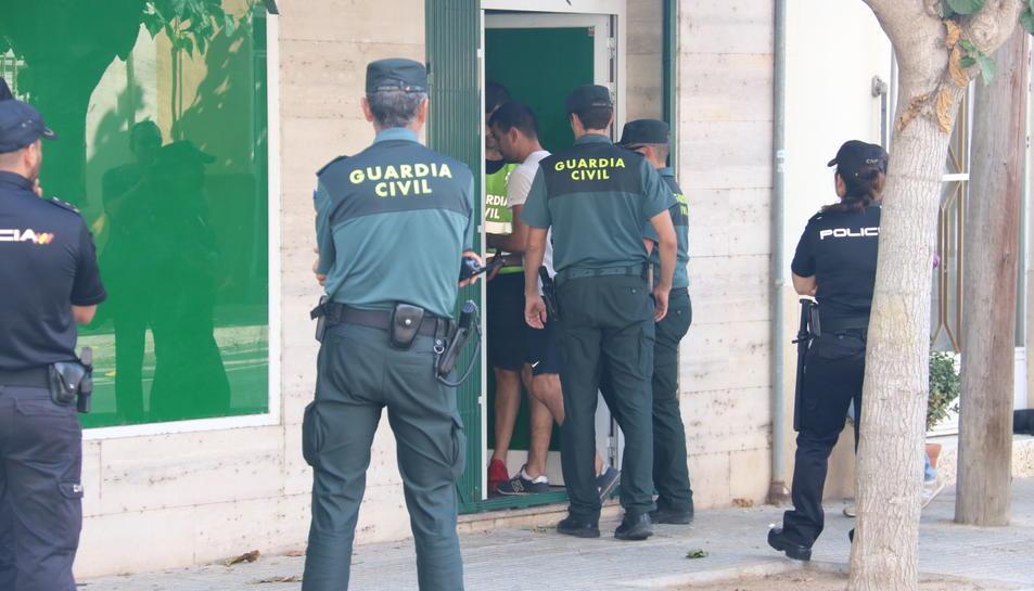 Agents de la Guàrdia Civil, durant un escorcoll.