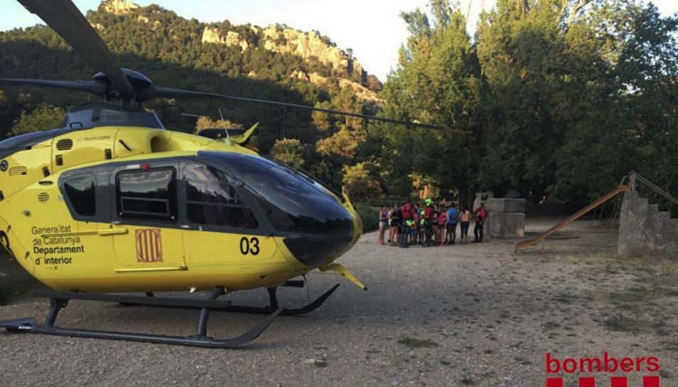 L'helicòpter va evacuar de cinc en cinc el grup d'escolars i els dos professors.