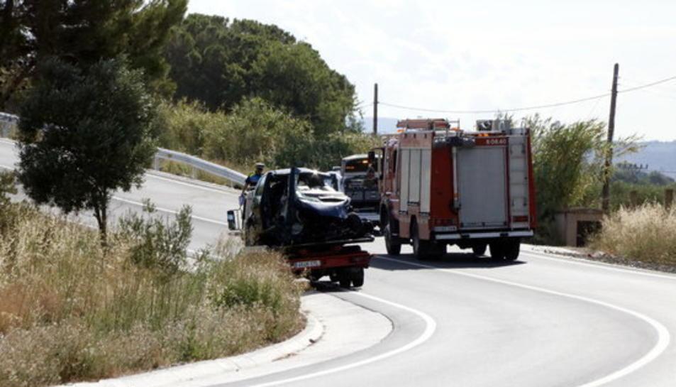 Pla general d'un dels vehicles accidentats a la TP-7225 a Reus, carregat damunt la grua.