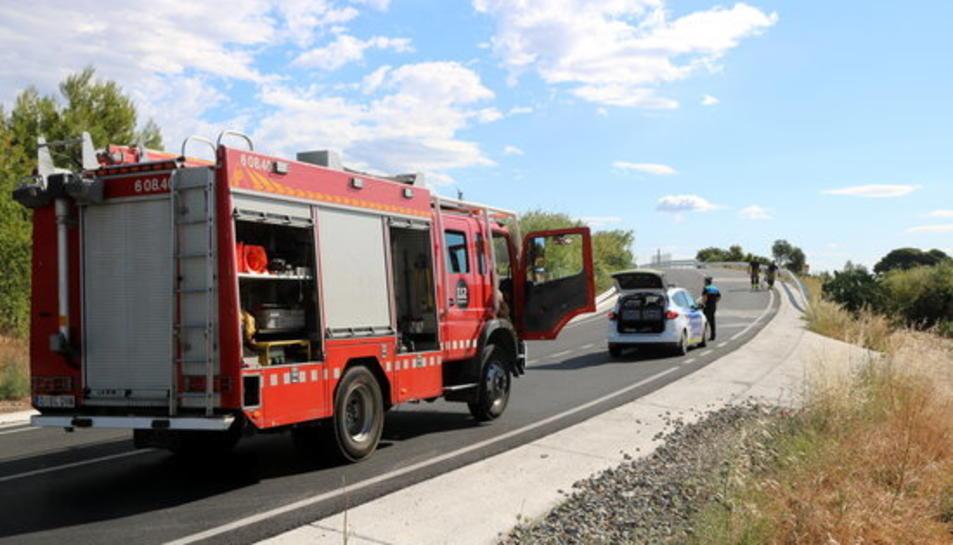 Pla general del lloc de l'accident a la TP-7225 a Reus amb vehicles d'emergència al lloc dels fets.