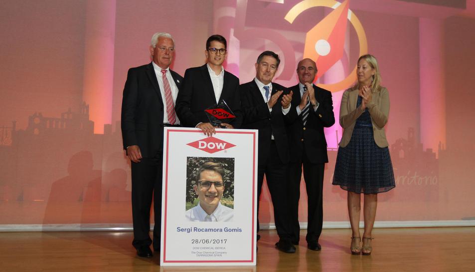 El guanyador del Premi Dow, Sergi Rocamora, al costat del vicepresident de Dow, el rector de la URV, el ministre d'Economia i la consellera de la Presidència.