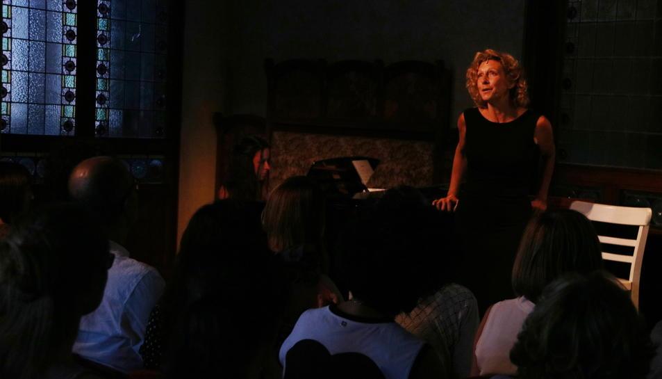 Àngels Gonyalons canta durant 'Una nit de musical' al FAR, davant dels espectadors, en primer pla. Imatge del 30 de juny de 2017