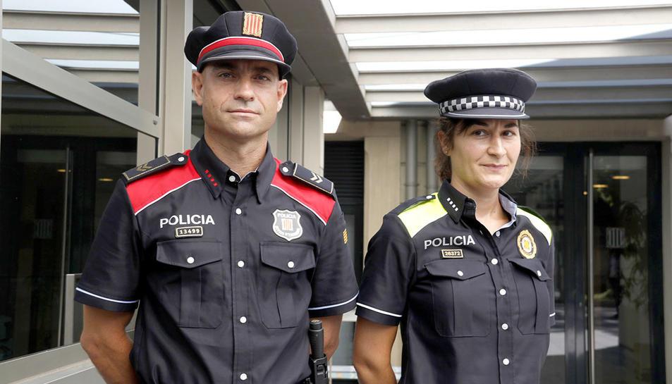 Un mosso d'esquadra i una policia local vestits amb els nous uniformes.