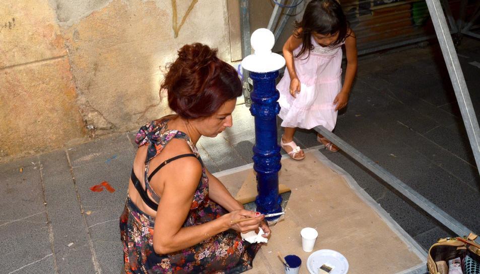 Jornada de 'redecoració' dels pilopns del carrer Comte de la Part Alta de Tarragona.