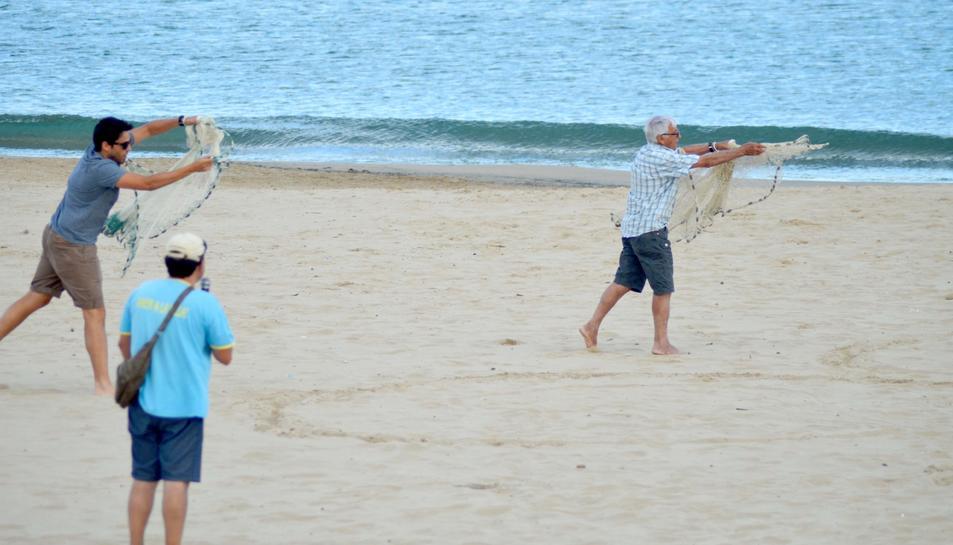 Un pescador 'de tota la vida' i el seu fill, fent una demostració d'arts de pesca tradicionals.