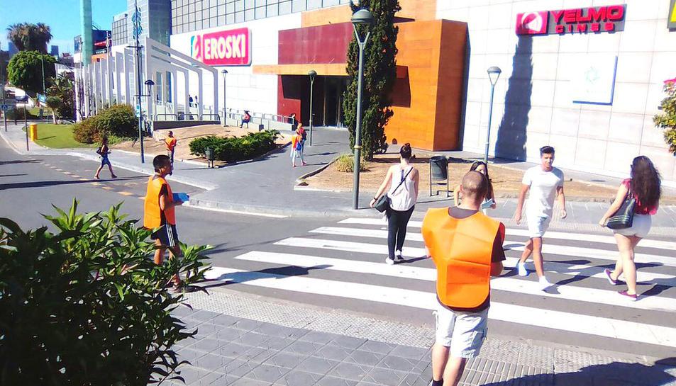 Els membres d'Endavant i COS a l'exterior del centre comercial.