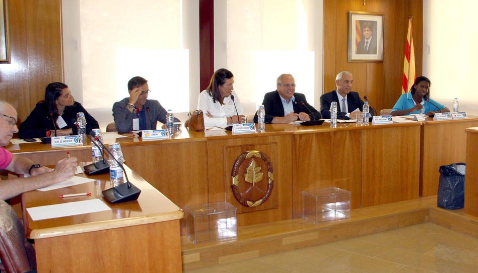 L'alcalde, Fèlix Alonso, donant la benvinguda als membres del comité.