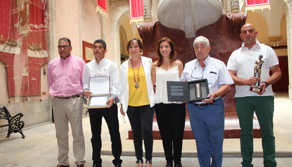 Els germans Ferrández, al centre Floria i Mireia López i, a la dreta, els representants d'Accitana.